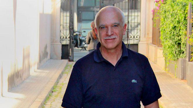 El ex administrador de Vitalia Eduardo Pascual, a las puertas de su domicilio barcelonés antes de fugarse de la Justicia.