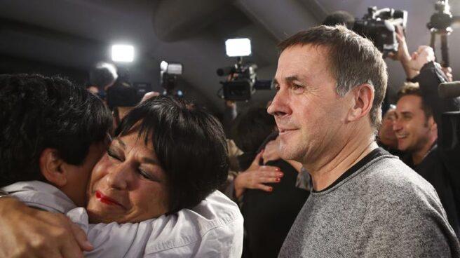 El líder de EH Bildu, Arnaldo Otegi, junto a la candidata a lehendakari, Maddalen Iriarte, en la noche electoral del 25S.