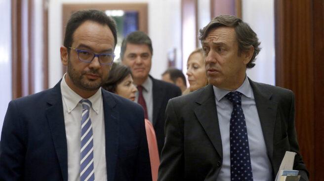 Antonio Hernando y Rafael Hernando, en los pasillos del Congreso.
