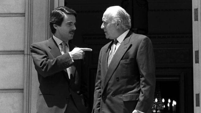 El ex presidente del Gobierno, José María Aznar, junto al ex presidente del PNV, Xabier Arzalluz.