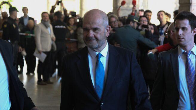 Manuel Chaves, presidente de la Junta de Andalucía entre 1990 y 2009, dirigiéndose a los juzgados de Sevilla a declarar en el 'caso ERE'.