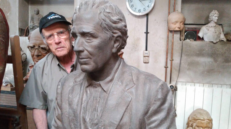 El escultor Julio López, junto al modelo en poliéster del monumento a Julián Besteiro en una imagen tomada en su estudio en 2016.