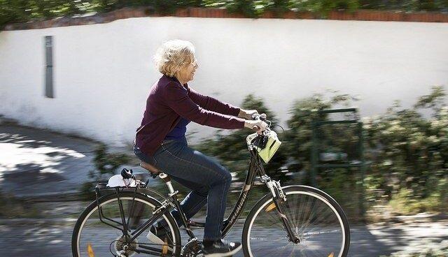 La alcaldesa de Madrid, Manuela Carmena, paseando en bici.