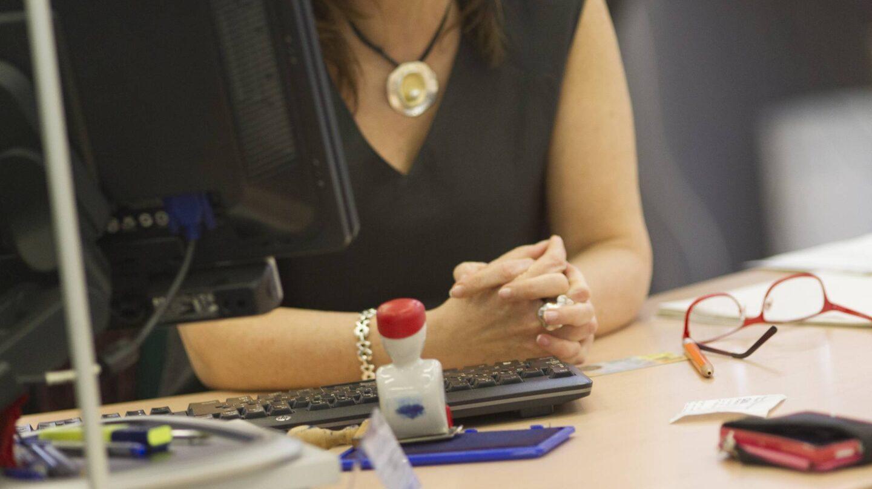 Trabajadora en un momento de descanso en la oficina.