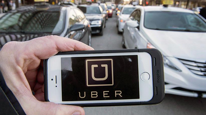 Un usuario con la app de Uber en su smartphone.