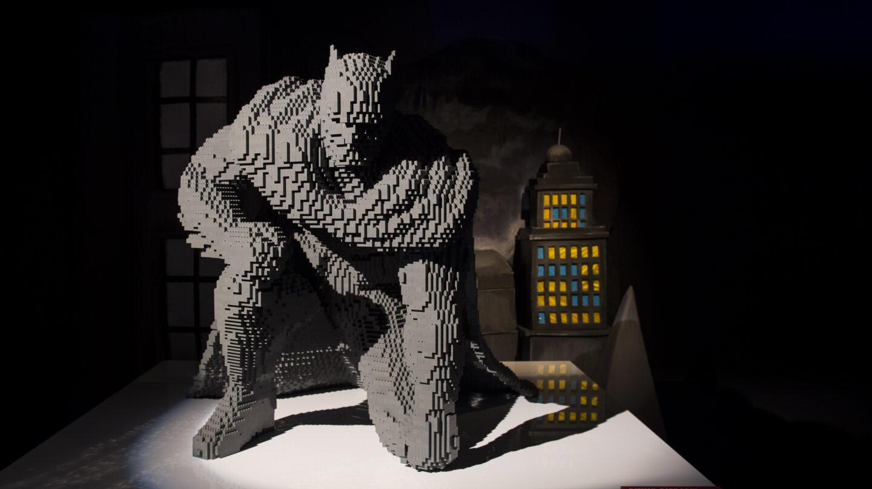 Un espectacular Batman bajo la sombra de los edificios de Gotham. Dominic Loneragan.