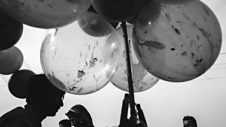 Un hombre vende globos en la mayor feria de camellos de Pushkar, en Rajastán.