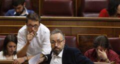 Íñigo Errejón habla con Juan Carlos Girauta, portavoz de Ciudadanos en el Congreso.