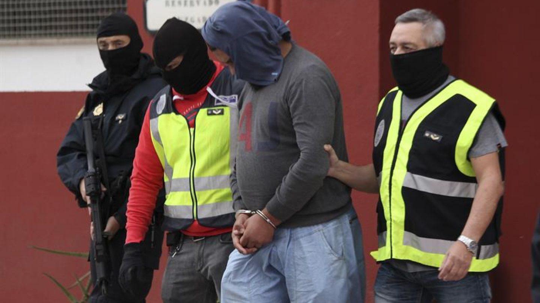 Momento en que la Policía Nacional detiene en Ceuta a un individuo que formaba parte de una célula yihadista.