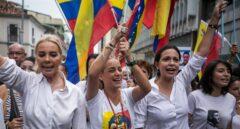 La esposa de Leopoldo López, junto a María Corina Machado, en una manifestación en Caracas contra Maduro.