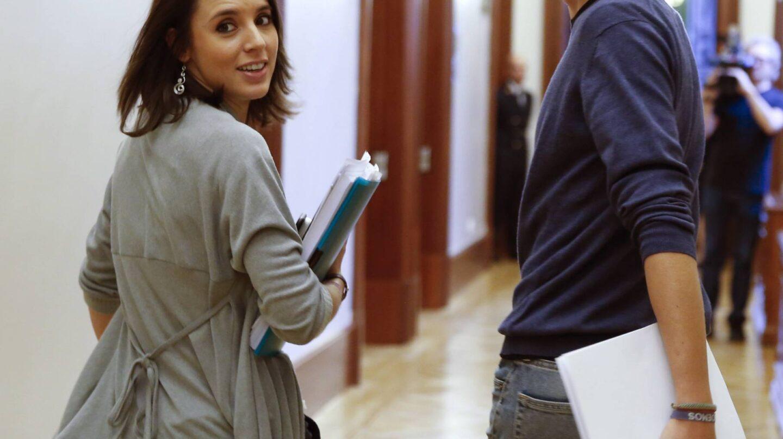 Irene Montero, junto a Iñigo Errejón en los pasillos del Congreso.