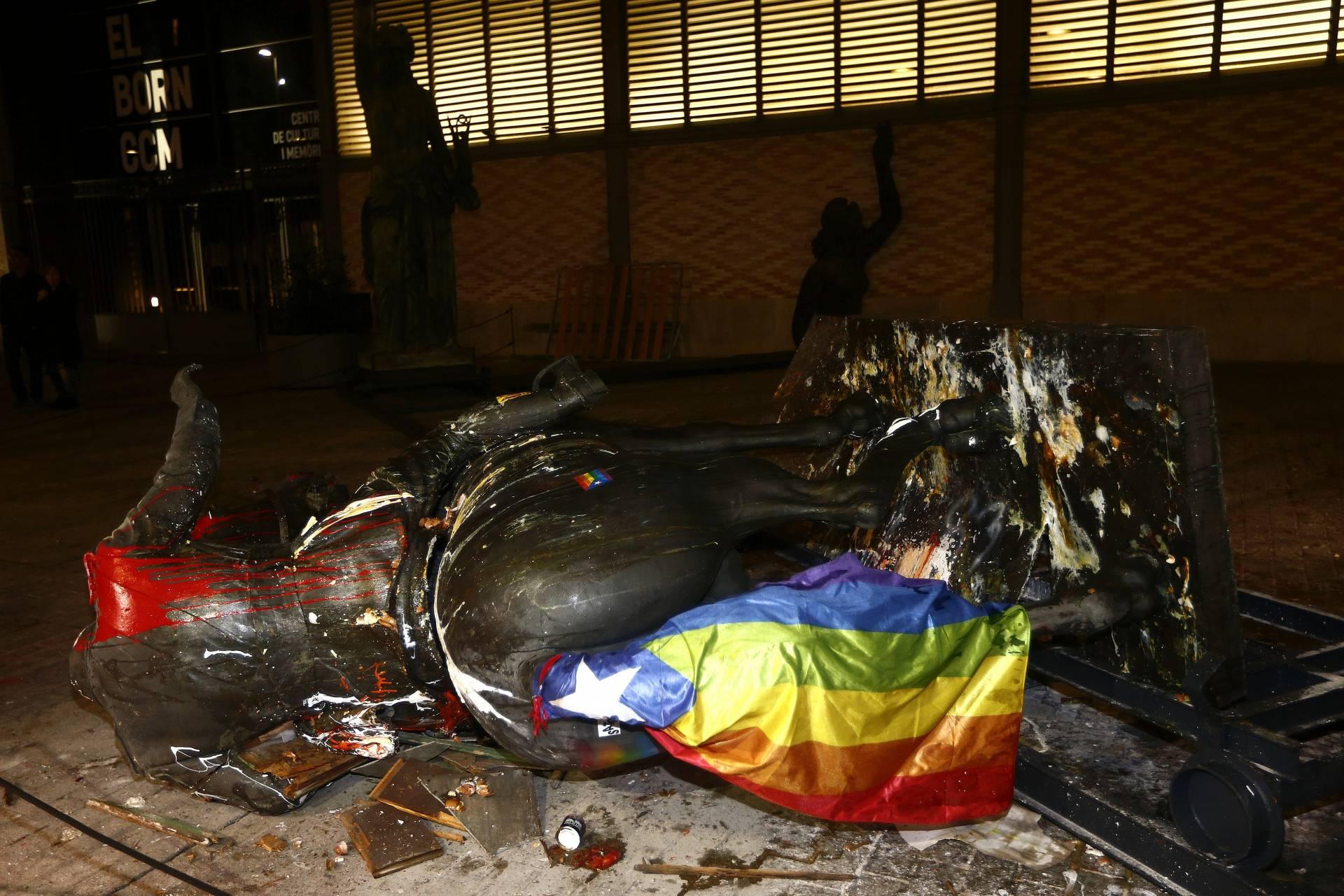 La estatua ecuestre de Franco exhibida en el Born, destrozada la noche del jueves.