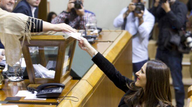 La presidenta del parlamento vasco, Bakartxo Tejería, vota durante el arranque de la XI Legislatura.