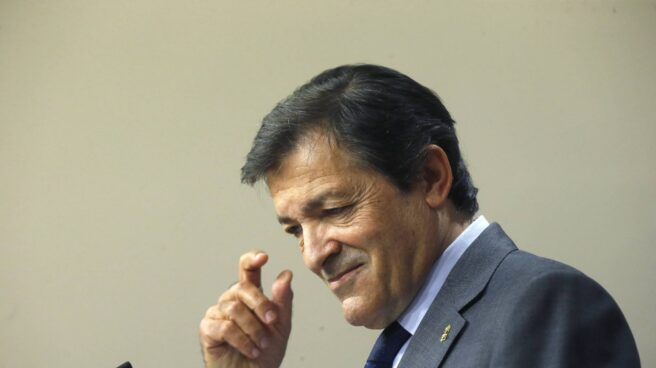 El presidente de la gestora del PSOE, Javier Fernández, en el Congreso de los Diputados.