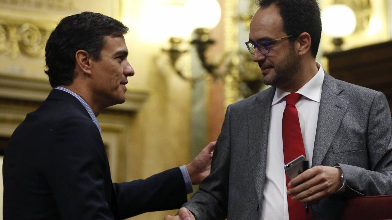 Pedro Sánchez saluda a Antonio Hernando.