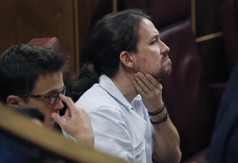 Pablo Iglesias e Íñigo Errejon, en sus escañ