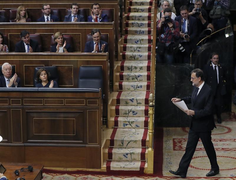 El presidente del Gobierno, Mariano Rajoy, se encamina hacia su escaño.