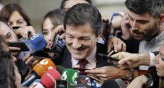 El presidente de la gestora del PSOE, Javier Fernández, atiende a los medios en el Congreso.