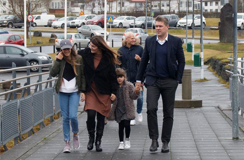 El líder del Partido de la Independencia, con su familia en Gardabaer, Islandia.