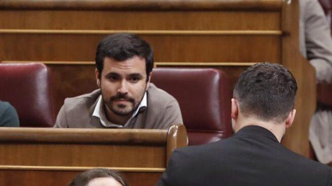 Pablo Iglesias saluda a Gabriel Rufián en el Congreso de los Diputados.