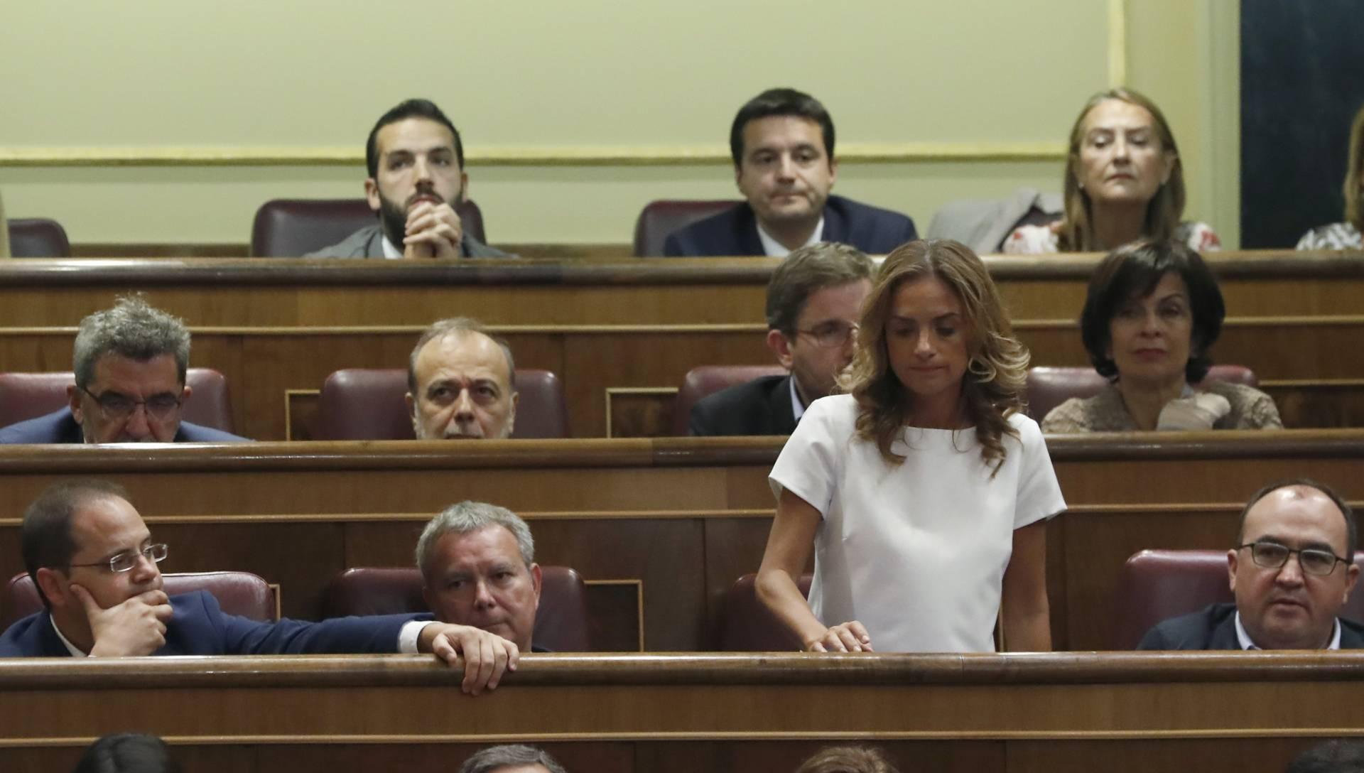 Susana Sumelzo, de pie, durante la votación de investidura.