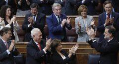 Mariano Rajoy recibe el aplauso de los diputados populares tras ser investido.