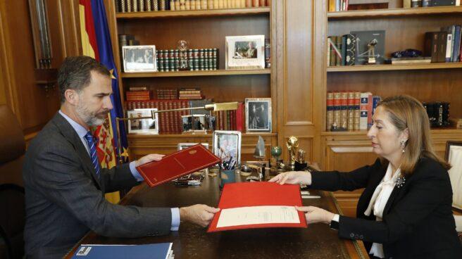 El Rey Felipe VI y la presidenta del Congreso Ana Pastor.
