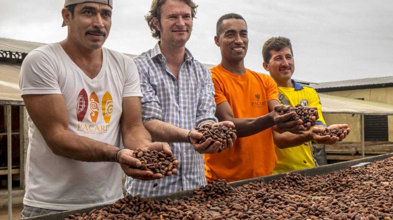 Santiago Peralta, el segundo por la derecha) con algunos de los agricultores locales.