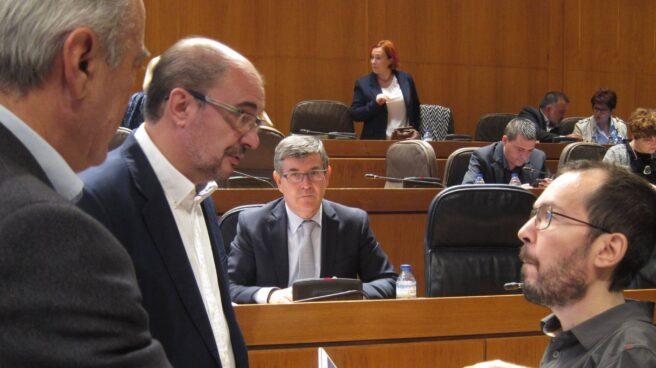 El presidente de Aragón, Javier Lambán, junto al secretario general de Podemos en la comunidad, Pablo Echenique.