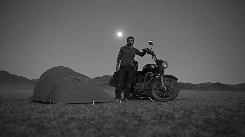 Walter Astrada, junto a su moto Athenea, y su tienda de campaña, en Mongolia.
