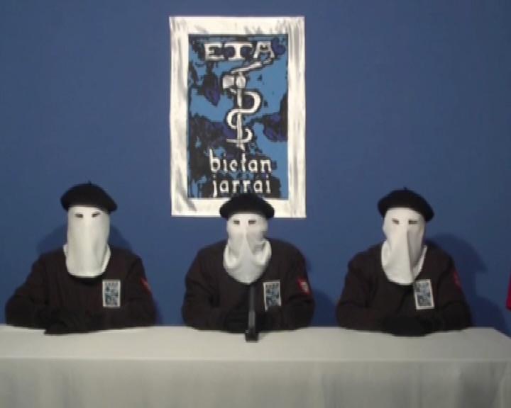 Tres miembros de ETA leen el comunicado de cese de la violencia, en octubre de 2011.
