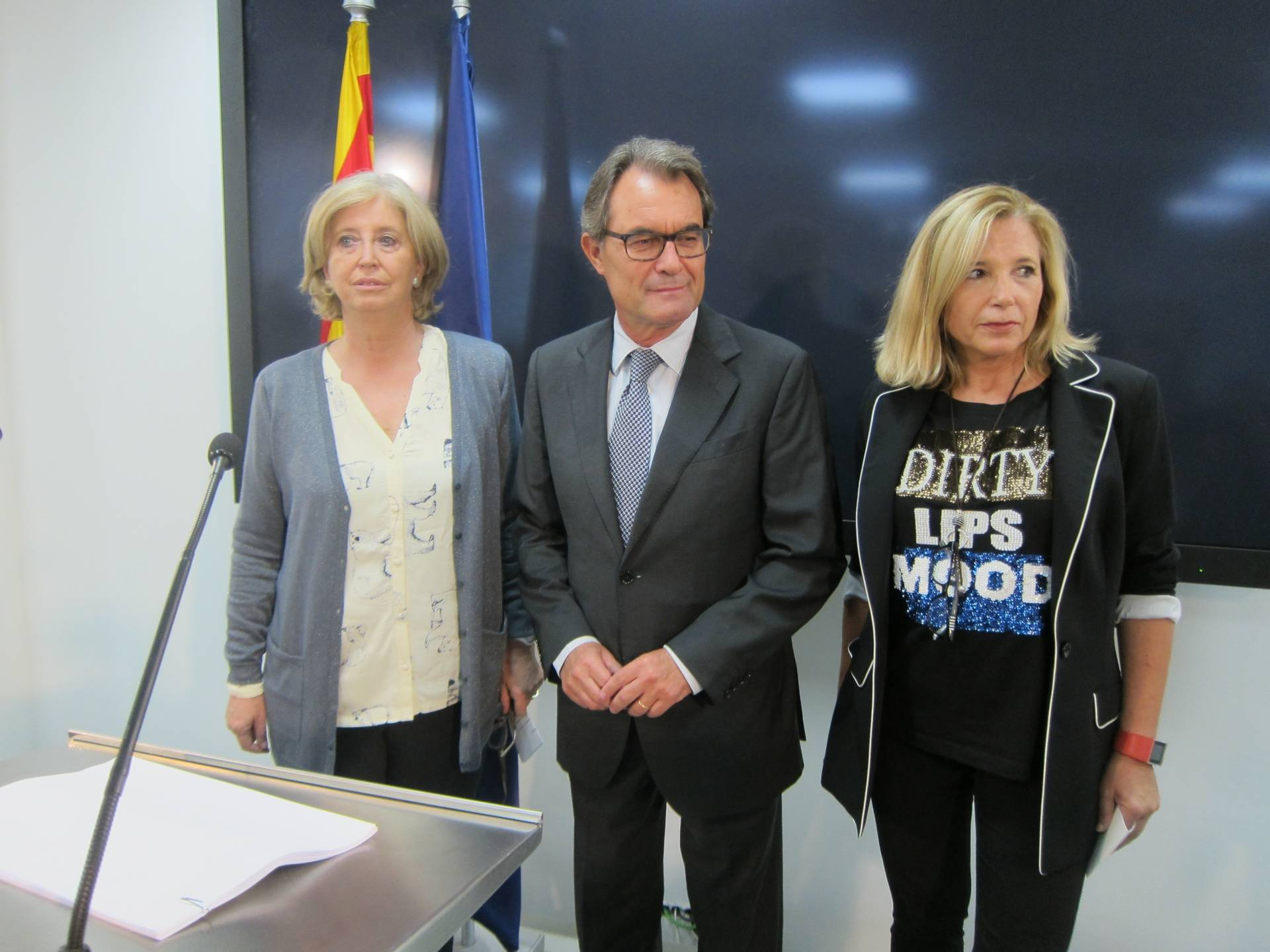 Artur Mas, flanqueado por Irene Rigau (izquierda) y Joana Ortega.