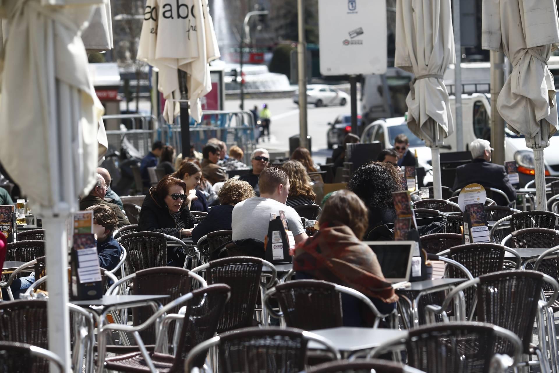 España cierra la peor crisis de su historia con más de 16 millones de personas inactivas.