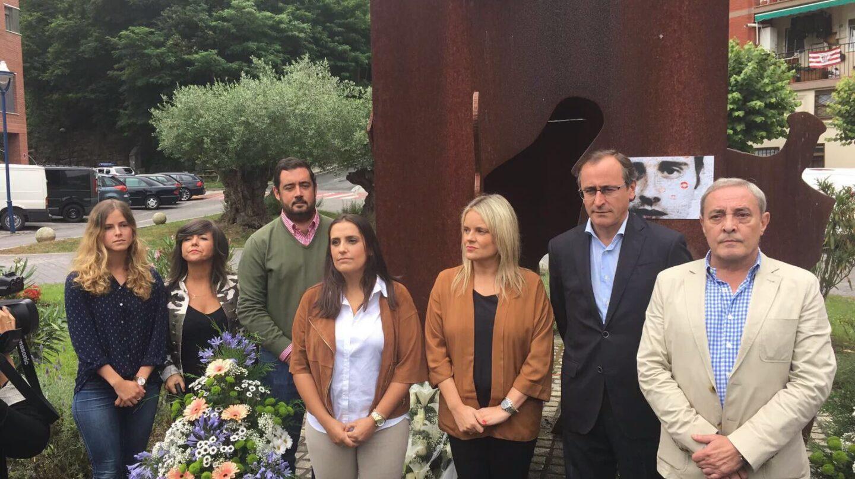 Toca, junto a dirigentes del PP vasco en un homenaje a Miguel Ángel Blanco, celebrado en julio.