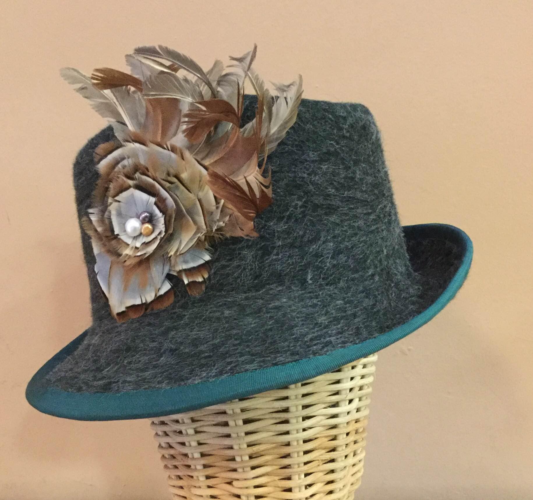 Un adorno de plumas en este modelo ideado por Juana Nicolás.