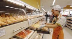 Una trabajadora de Mercadona colocando productos en una de las tiendas de la firma.