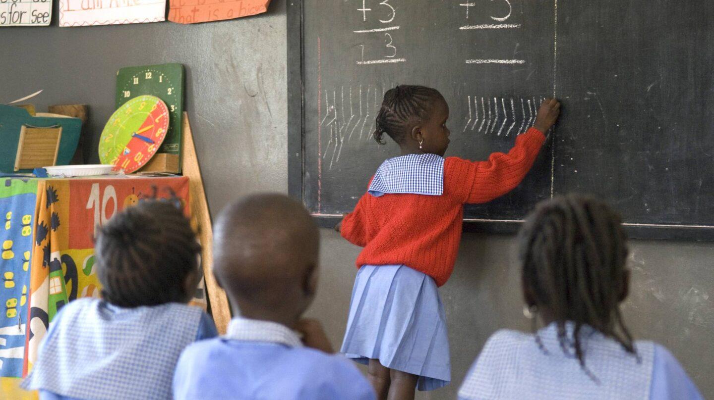 Niñas aprendiendo a escribir en una escuela SOS de Haití.