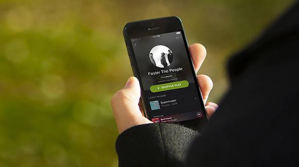 Un usuario utiliza la aplicación de Spotify en su 'smartphone'.