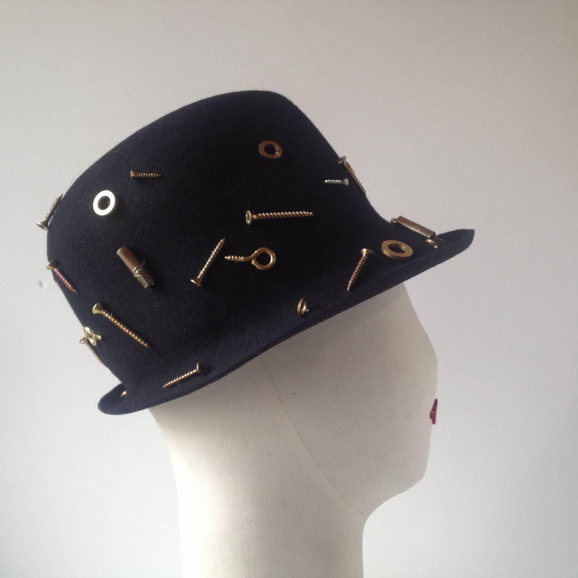 Apliques metálicos en este sombrero de Susana Loureda.