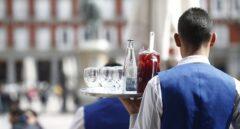 Un camarero sirve mesas en la campaña veraniega.