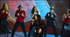 Rosa López, acompañada por Gisela, David Bisbal, Geno, Bustamante y Chenoa, en un momento de la actuación de Eurovisión 2002.