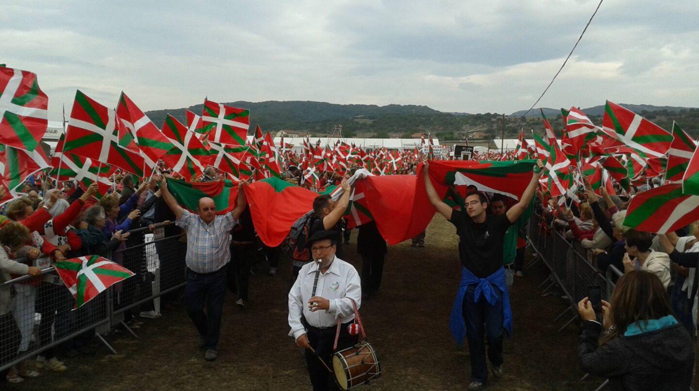 Ciudadanos vascos portando ikurriñas.