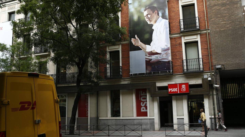 Un cartel de Pedro Sánchez en la fachada de la calle de Ferraz, sede del PSOE en Madrid.