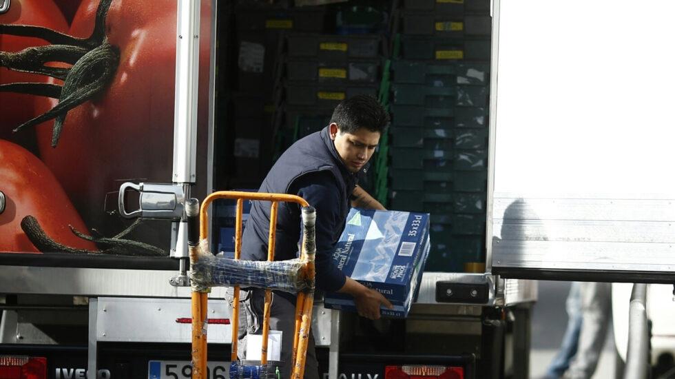 Trabajador autónomo descargando un camión.