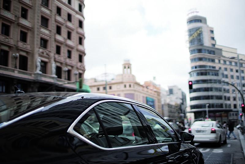 Un coche de Uber por las calles de Madrid.