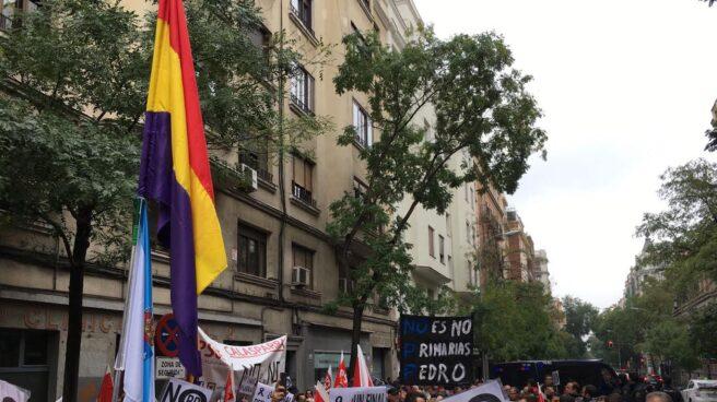 Manifestantes del PSOE en favor del 'no' a Rajoy, este sábado en Ferraz.