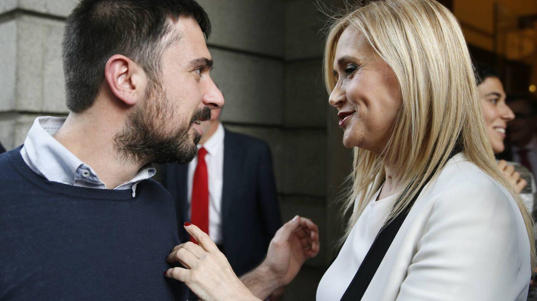El portavoz de Podemos, Ramón Espinar, junto a la presidenta de la Comunidad de Madrid, Cristina Cifuentes.