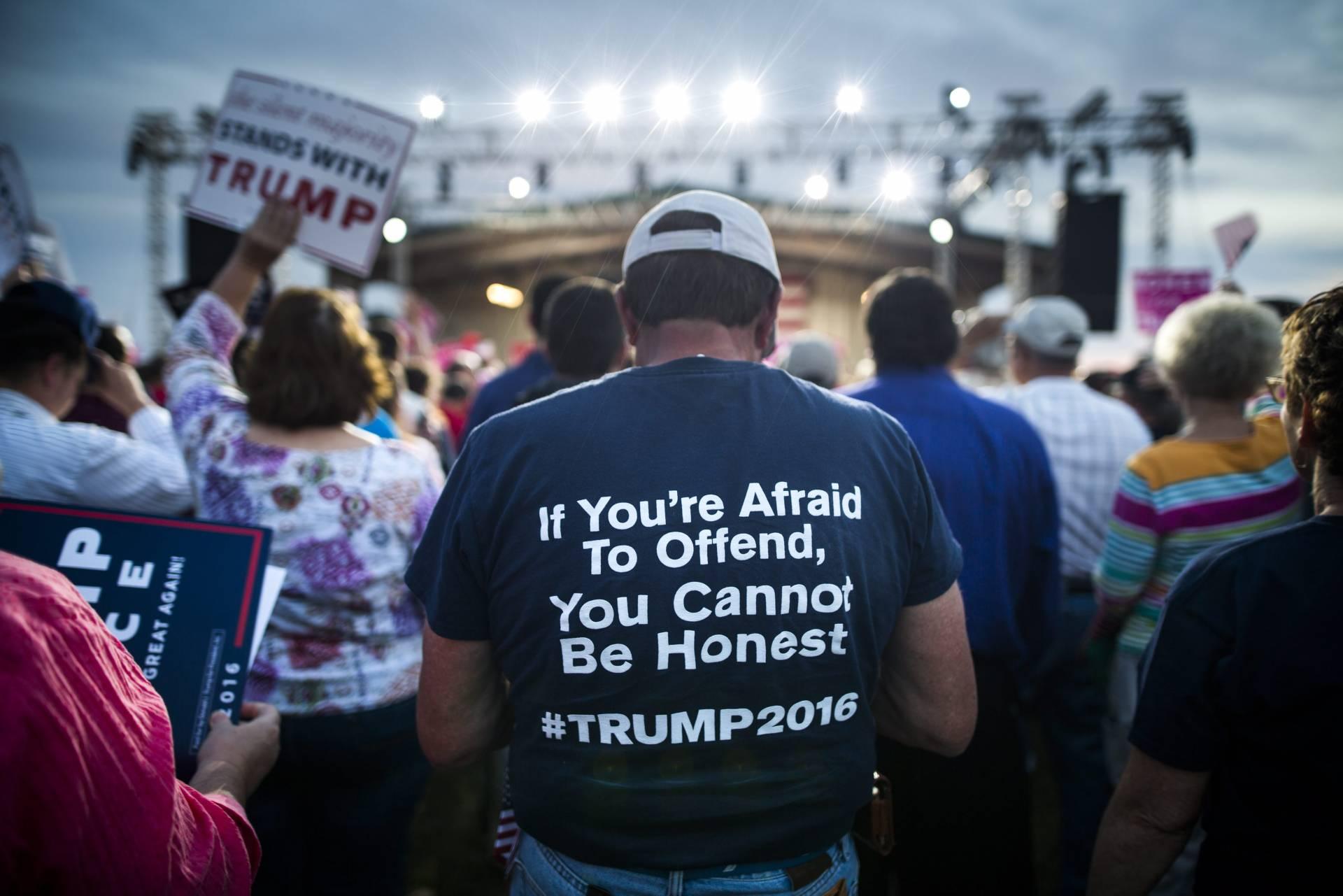 """El eslógan en la camiseta de un seguidor de Trump: """"Si tienes miedo de ofender, no puedes ser honesto"""""""