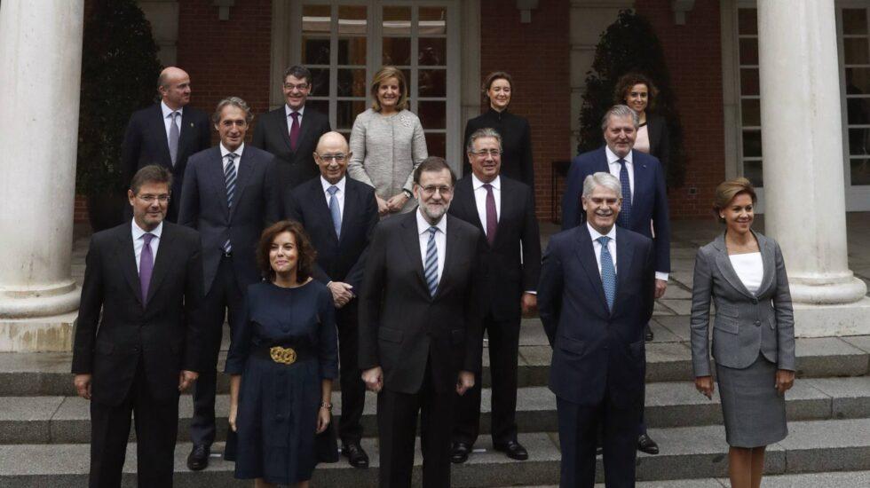 Los integrantes del nuevo Gobierno, en las escalinatas del Palacio de La Moncloa, poco antes de la reunión de su primer Consejo de Ministros.