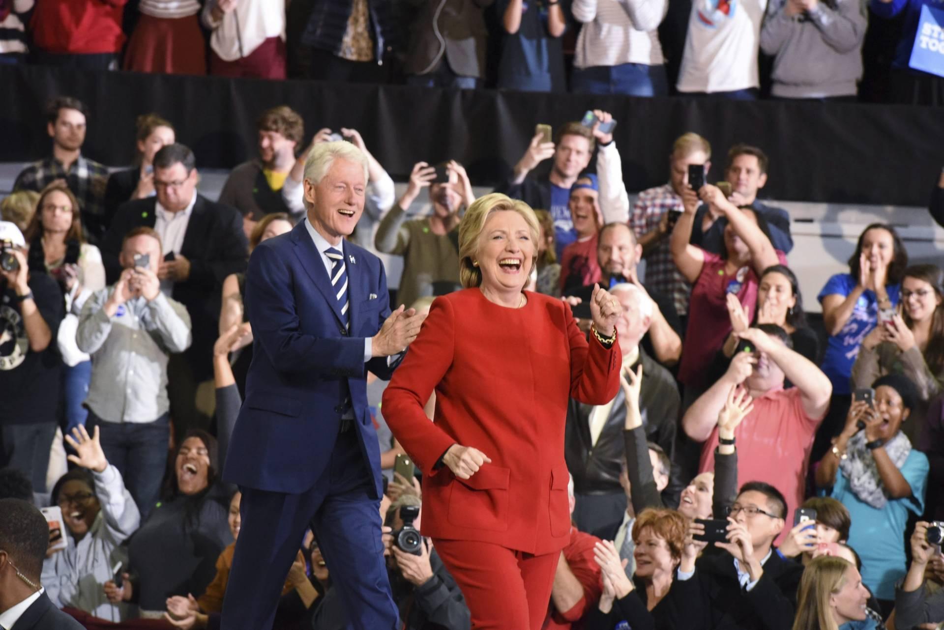 Bill y Hillary Clinton, en el cierre de campaña en Carolina del Norte.